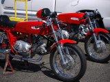czerwony motory na stopce