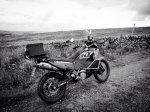 motocykl w terenie - zdjęcie czarno białe